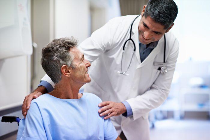 врач лечит аденому простаты