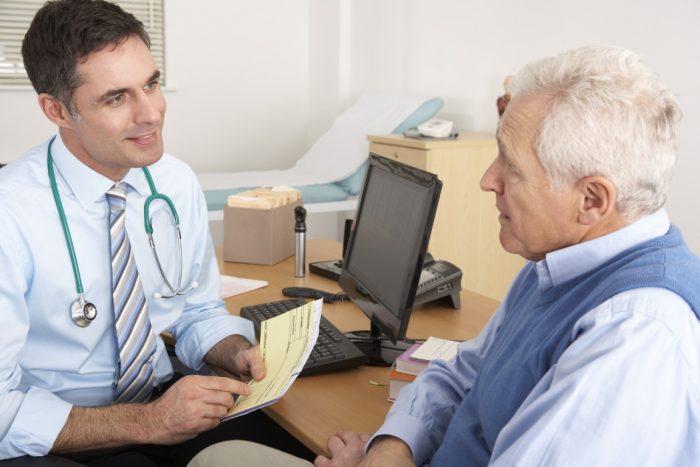 врач проводит диагностику