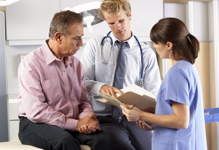 врач оценивает возможные последствия