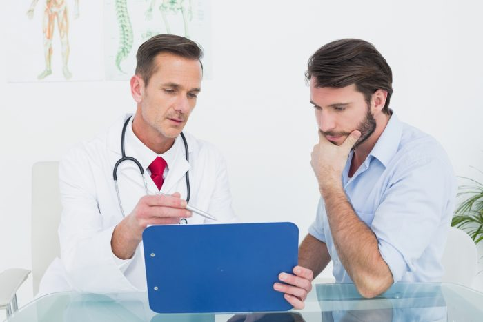 мужчина посещает доктора