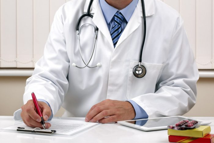 врач направляет мужчину на обследование