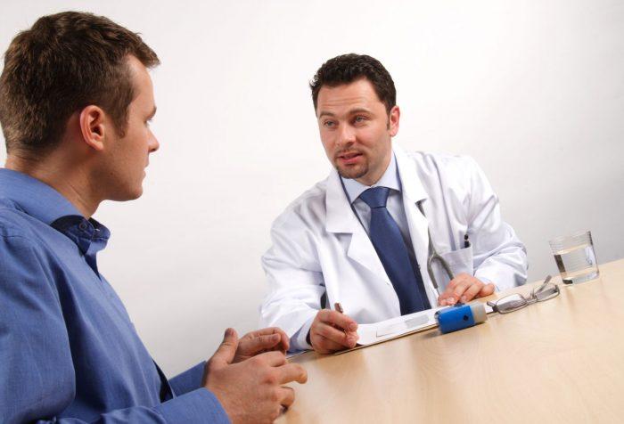 доктор опрашивает пациента